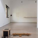 """""""塔⾥克·阿图伊:地面""""空间现场,日常聆听状态,镜花园,2017年。 图片:维他命文献库"""